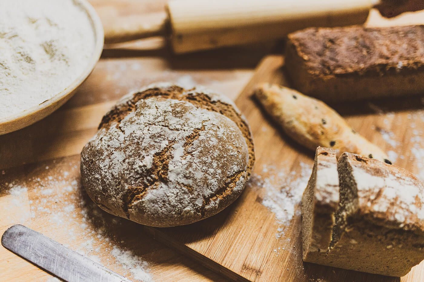 Stilleben mit frischem Brot und anderen Backwaren